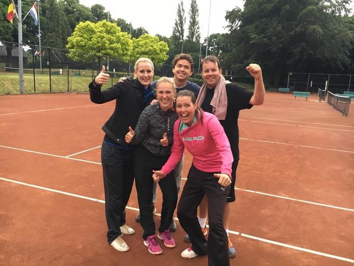Voorste rij vlnr: Manon Veldhorst, Lonneke Muhlhaus en Sonja Foks. Achterste rij: Jarik Spiele (links) en Arjen Nijpjes
