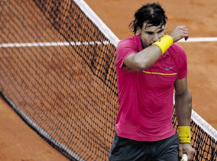 Rafael Nadal verlaat gedesillusioneerd het centre court van Roland Garros na zijn vroegtijdige uitschakeling. ( FOTO ) Beeld REUTERS
