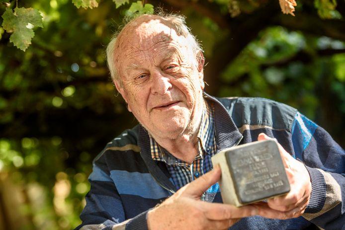 EINDHOVEN - Plaatsen struikelstenen, die herinneren aan overleden mensen 2e wereldoorlog