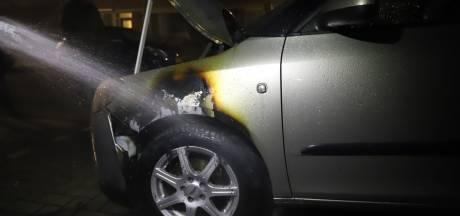 Autobrand in Nunspeet razendsnel geblust: politie onderzoekt brandstichting