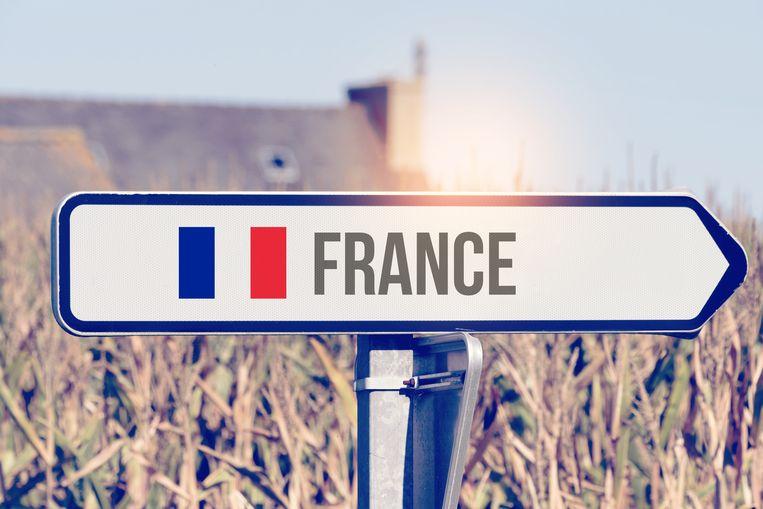 Ein Pfeil zeigt in die Richtung Frankreich Beeld Getty Images/iStockphoto