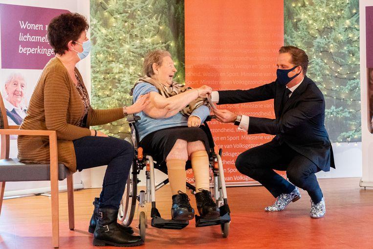 Minister Hugo de Jonge assisteert bij het prikken in woonzorgcentrum WelThuis Buytenhaghe in Zoetermeer. Beeld BSR Agency
