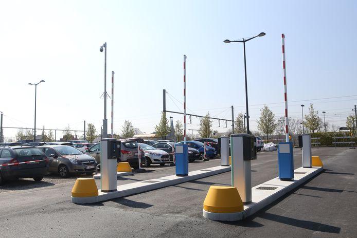 De parking aan het van station Landen.