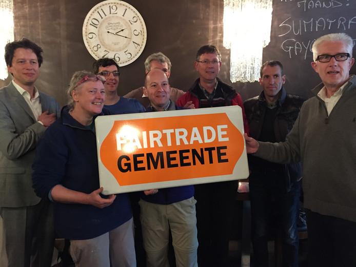 Fairtrade Uden, met Jochum Veerman van de Max Havelaar Foundation (links) en wethouder duurzaamheid Matthie van Merwerode (rechts) bij de uitreiking in het Koffiehuys