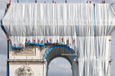 """Phase finale de """"l'empaquetage"""" de l'Arc de Triomphe avec 25 000 m² de tissu recyclable en polypropylène argent bleuté et 3000 mètres de corde rouge de la même matière"""