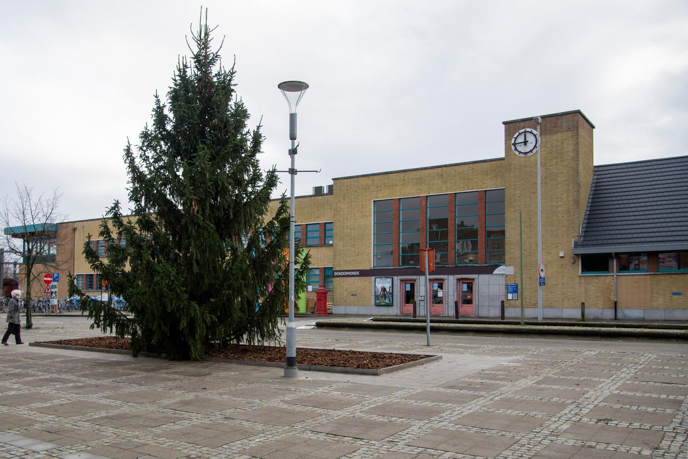 De kerstboom staat er al. De komende dagen wordt hij versierd.