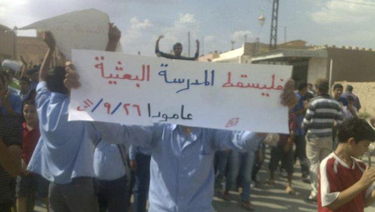 Een door een burger genomen foto toont demonstranten in Qamishli tegen het Syrische regime, 26 september 2011. Beeld ap