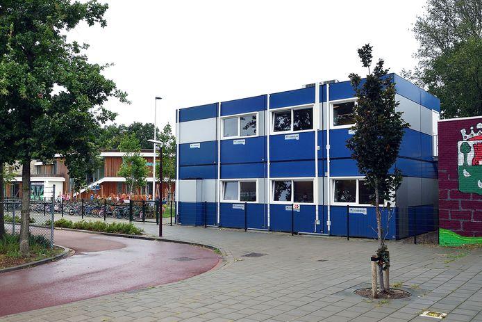 Basisschool Uniek in Hoeven is nog maar een paar jaar in gebruik, maar is nu uit zijn jasje gegroeid. Leerlingen krijgen les in noodlokalen.