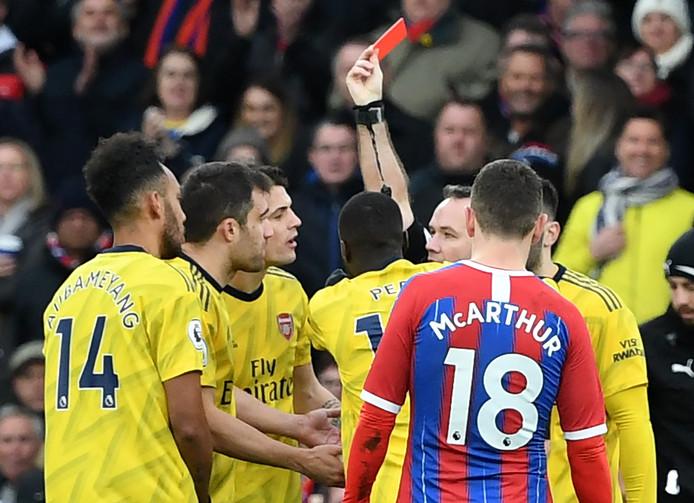 Pierre-Emerick Aubameyang (l) krijgt rood tegen Crystal Palace na interventie van de VAR.