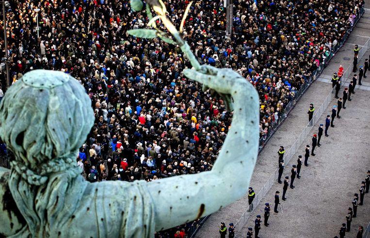Vorig jaar werd de nationale Dodenherdenking in Amsterdam door velen bijgewoond. Dit jaar zal er bij de kranslegging op de Dam geen publiek aanwezig zijn. Beeld ANP