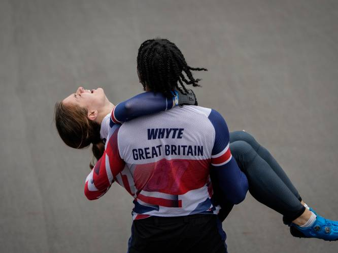 Ontroerend beeld: winnares BMX-finale kan nog amper op haar benen staan, ploegmaat snelt haar te hulp
