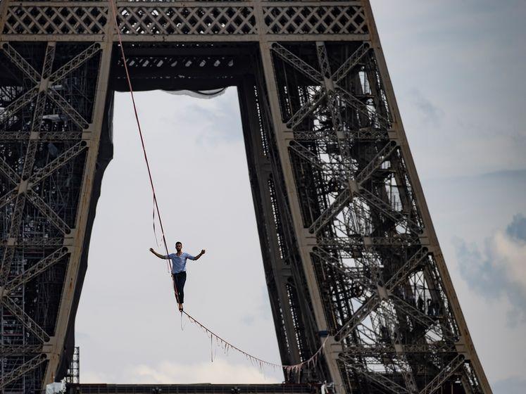 Koorddanser Parijs loopt vanaf Eiffeltoren boven de Seine