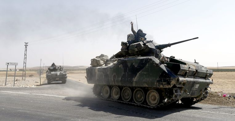 Turkse tanks keren terug uit Syrië. Ook in Irak lijken de laatste IS-bolwerken militair uitgespeeld. Beeld EPA