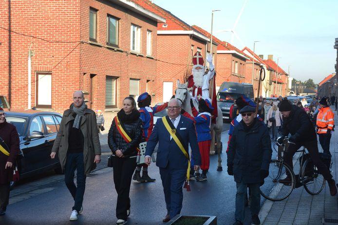 Het college had Sinterklaas meegebracht om de vernieuwde straat feestelijk te heropenen.