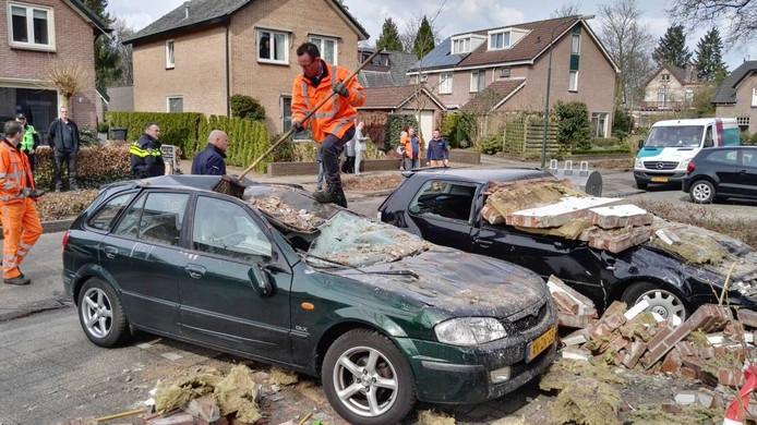 Twee auto's werden totaal vernield door de geëxplodeerde zijgevel van het woningcomplex.