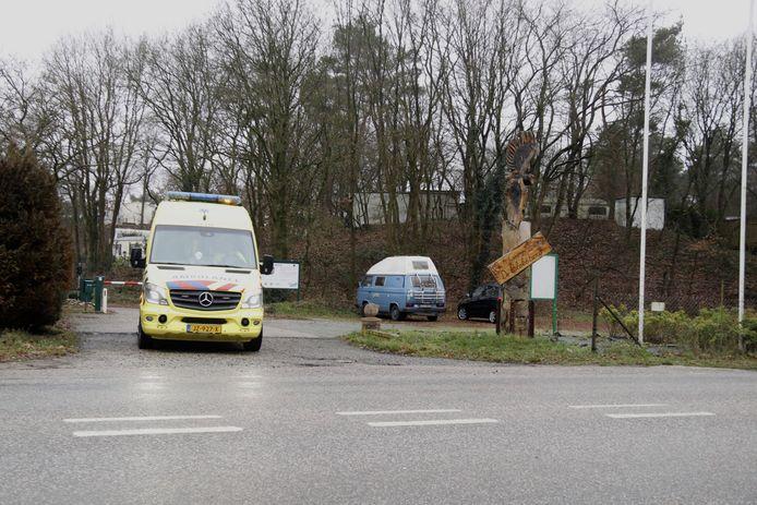 De ambulance rijdt weg vanaf camping De Bloksberg.