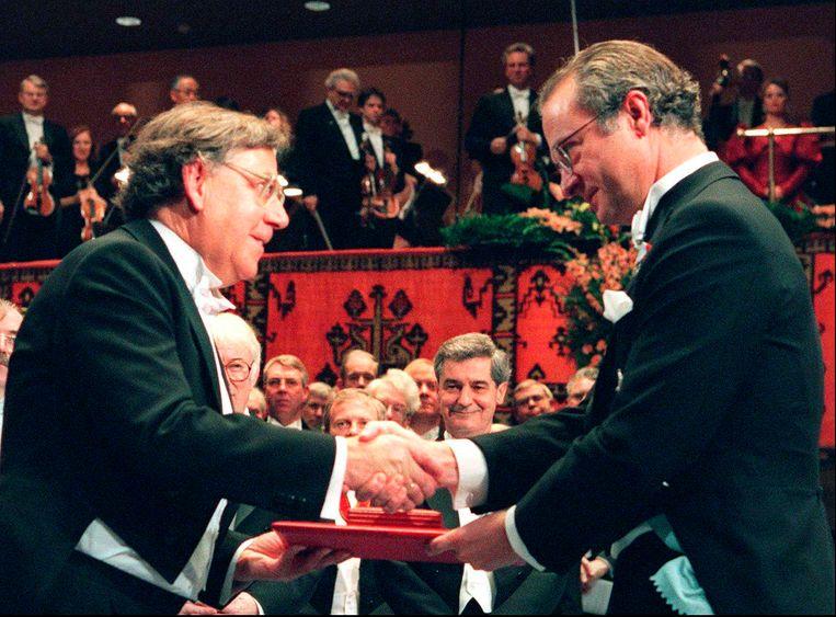 Paul Crutzen (links) krijgt in 1995 de Nobelprijs van de Zweedse koning Carl Gustaf XVI. Beeld AP