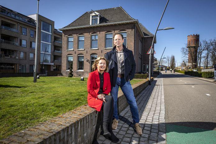Walter en Jacqueline Olde Keizer gaan met Koers Oost van de binnenstad naar het oude belastingkantoor aan de Haerstraat.