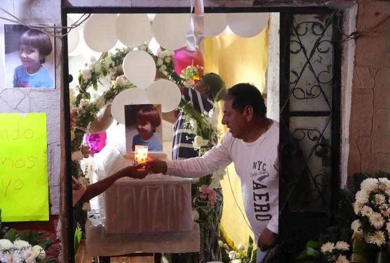 Mensen branden kaarsjes op de kist van het vermoorde meisje, Fatima Cecilia Aldrighett. Beeld REUTERS