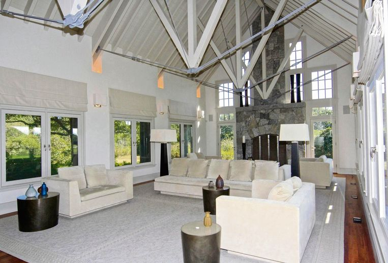 De indrukwekkende plafonds geven de woning een erg ruim gevoel.