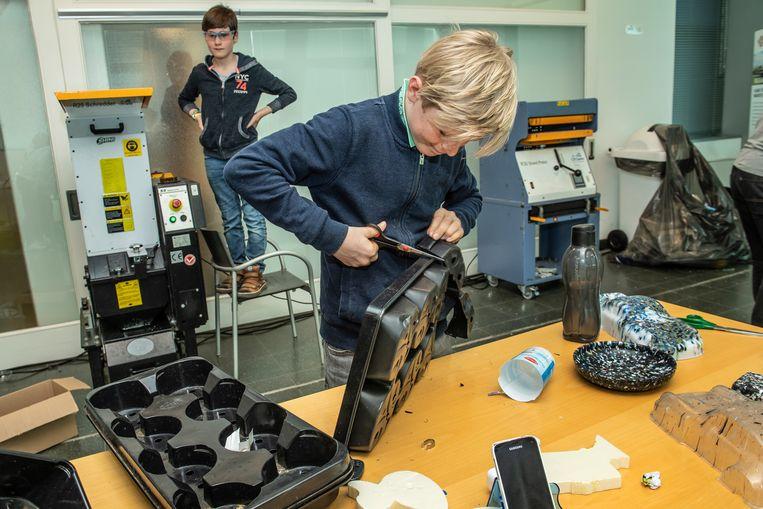 Ze knippen hun afval in kleine stukjes zodat het in de maalmachine kan.