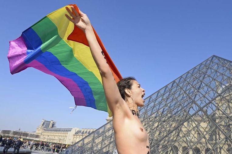 Arabische vrouwen demonstreren naakt voor het Louvre in Frankrijk tegen onderdrukking van vrouwen in de Arabische wereld. Beeld null