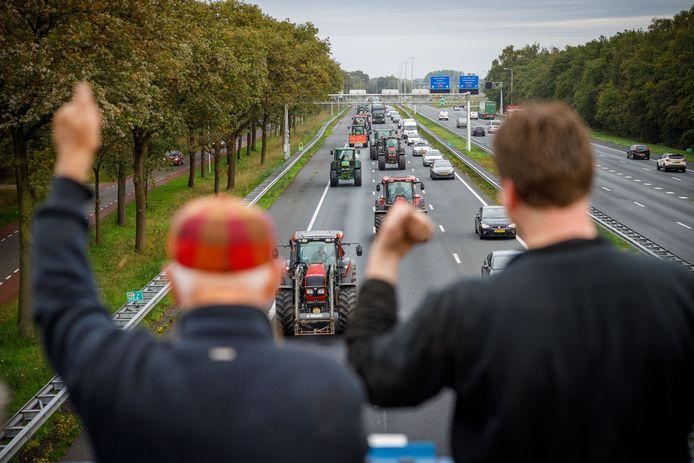 De publieke opinie is de boeren vooralsnog gunstig gezind. Passerende trekkers kunnen op  een warm onthaal rekenen, zoals hier gisterochtend bij Zwolle.