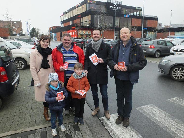 De sp.a-actievoerders (met kinderen) op de parking van Driespoort Shopping.