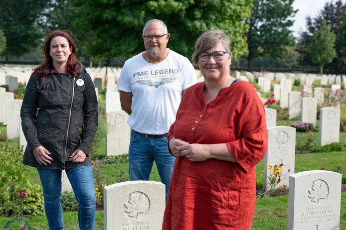 Sigrid Norde, Gijs Krist en Marian Straatman (v.l.n.r.) van het researchteam van Faces to Graves op Canadese Begraafplaats Groesbeek.