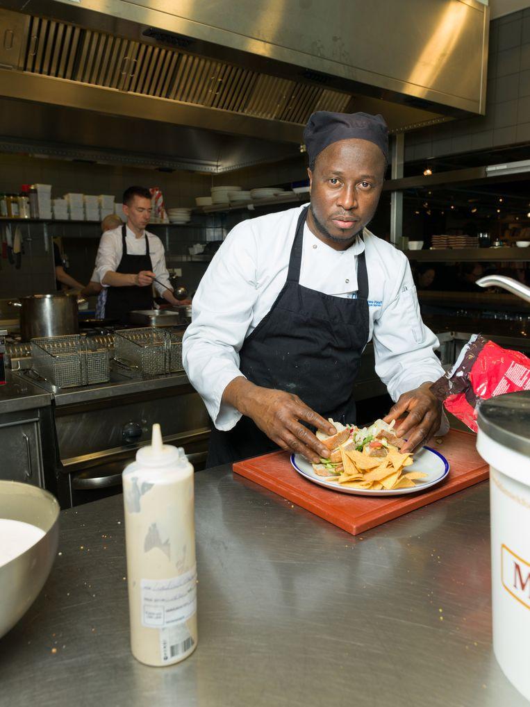 Een chef aan het werk in de keuken van De Nieuwe Poort.  Beeld Ivo van der Bent