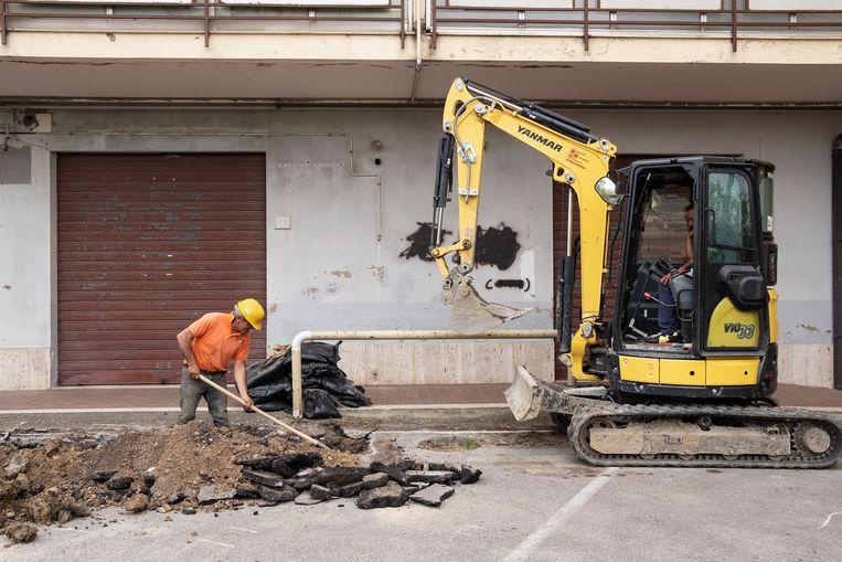 In de regio Basilicata houdt het werk aan de waterleidingen nooit op. Die zijn zo verouderd dat er altijd wel ergens een lek opduikt.  Beeld Giulio Piscitelli