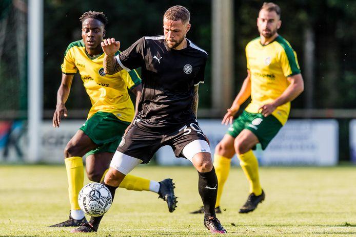 Fortuna Sittard (geel-groen) oefende woensdag in Nederweert-Eind nog tegen het OFI Kreta van spits Luc Castaignos.