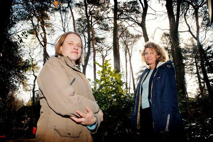 Laura (rechts) en Hilde wonen in de Melvill van Carnbeelaan in Driebergen en maken zich zorgen over het verdwijnen van historisch stukje bos in hun wijk.