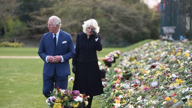 IN BEELD. Tranen om Philip: prins Charles en Camilla ontroerd door vele steunbetuigingen van het volk