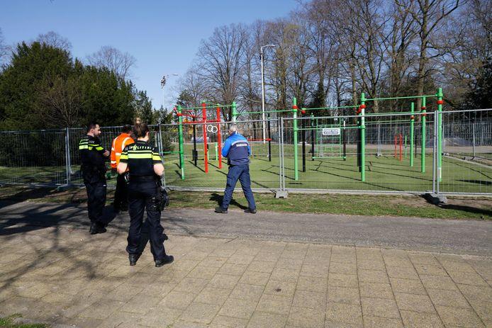 Sportterrein bij het Goffertpark in Nijmegen dat wordt afgesloten vanwege het coronavirus.