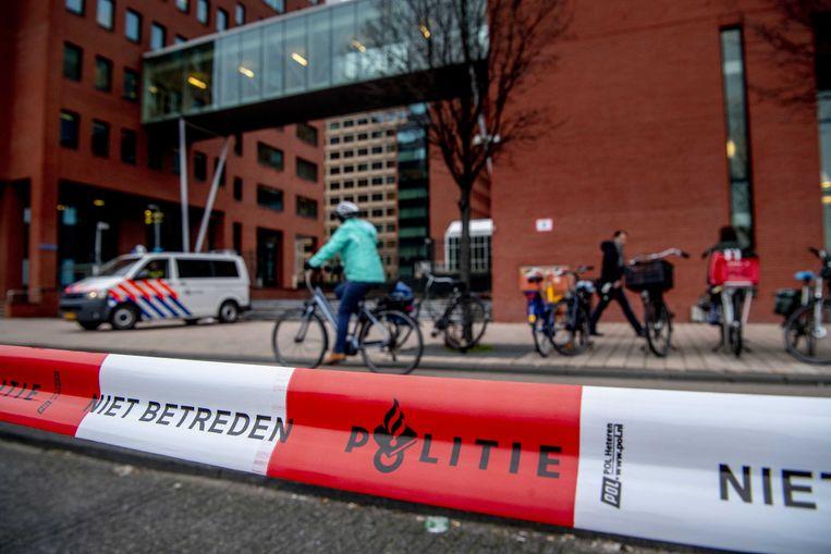 Politiebeveiliging bij de rechtbank waar zes terreurverdachten voor het eerst voor de Nederlandse rechter verschijnen. De mannen worden verdacht van het voorbereiden van een aanslag in Nederland en deelname aan een terreurorganisatie.