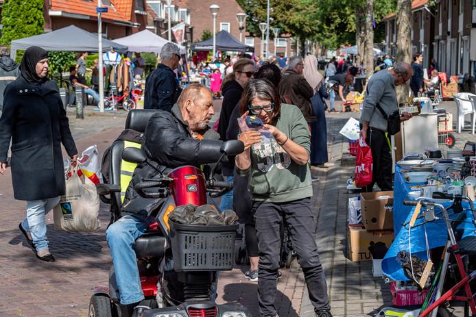 Lekker snuffelend op zoek naar iets van je gading en gezellig bijpraten tijdens de elfde editie van de straatrommelmarkt aan de Beatrixlaan.