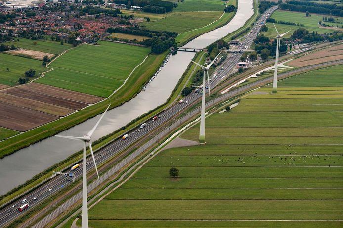 Ter hoogte van Giessenburg staan al drie windmolens langs de A15.