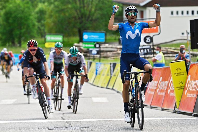 Alejandro Valverde sprint naar de zege in Le Sappey-en-Chartreuse. Voormalig Giro-winnaar Tao Geoghegan Hart wordt tweede. Beeld Photo News