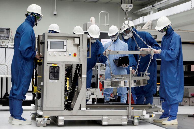 Stagiairs leren hoe een EUV-machine in elkaar wordt gezet en hoe deze werkt in het trainingscentrum van ASML in Taiwan.  Beeld Reuters