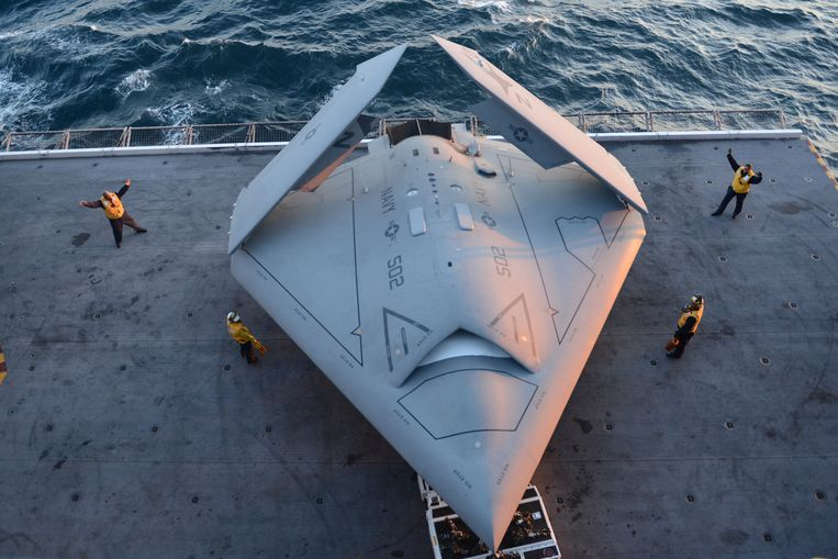 This image provided by the US navy shows sailors moving an X-47B Unmanned Combat Air System (UCAS) demonstrator onto an aircraft elevator aboard the aircraft carrier USS George H.W. Bush  Tuesday, May 14, 2013. The drone was launched off the George H.W. Bush to be the first aircraft carrier to catapult launch an unmanned aircraft from its flight deck. (AP Phioto/U.S. Navy photo by Mass Communication Specialist 2nd Class Timothy Walter) Beeld null