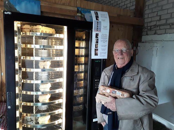 Voormalig wethouder Koos van der Elst uit  Nijverdal kwam eieren halen voor zijn dochter en had onverwachts de primeur om als eerste de eieren uit de nieuwe automaat te halen.