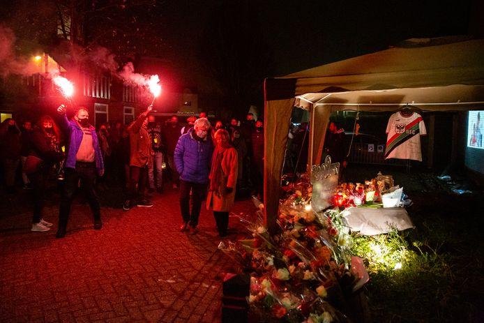 Inwoners van Wijchen bij de herdenkingsplek voor de deze week doodgereden Sebastiaan.