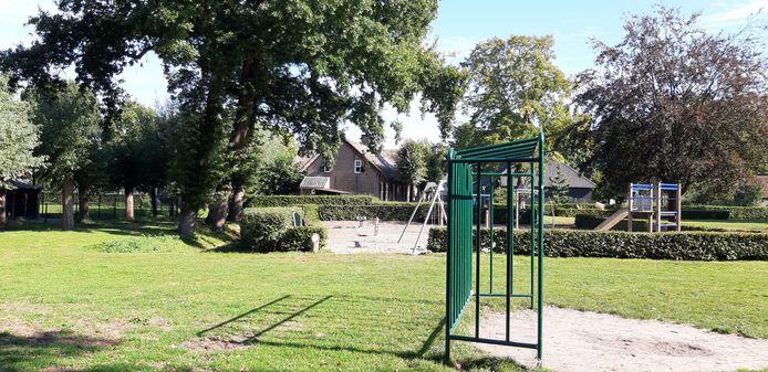 De huidige speeltuin bij De Pekhoeve in Ulvenhout is verouderd. Vanaf eind oktober wordt de speelplek vernieuwd, er komen diverse houten speeltoestellen en de omheining verdwijnt.