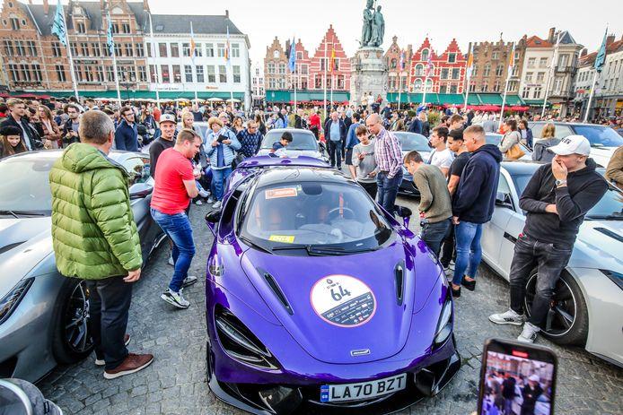 Een McLaren op de Markt van Brugge: dat zie je niet elke dag, zeker niet van zo dichtbij