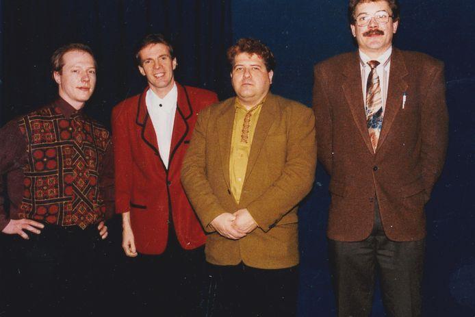 Paul Severs met Erik Lemmens rechts naast hem en Erik's partner Frank links op de foto in zaal Roosevelt in 1995.