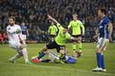 Nick Viergever maakt op miraculeuze wijze de 1-3 tijdens Schalke 04 - Ajax op 20 april 2017.