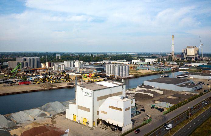 Asfaltfabriek APN met op de achtergrond Weurt