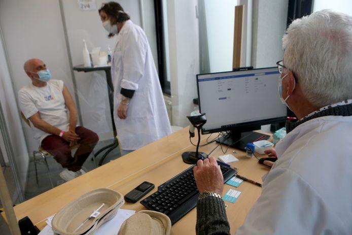 Hoe gaat het eraan toe achter de schermen in het vaccinatiecentrum? Wij namen een kijkje achter de schermen en hielpen mee.
