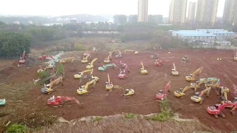 Vrijdag startte in Wuhan de bouw van een compleet nieuw ziekenhuis voor patiënten met het coronavirus, dat over een week af moet zijn. Beeld REUTERS